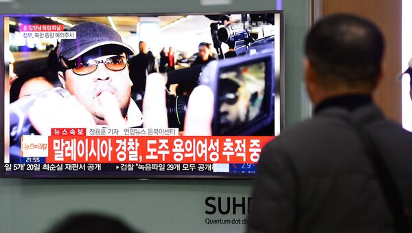 People watch a TV screen broadcasting a news report on the assassination of Kim Jong Nam, the older half brother of the North Korean leader Kim Jong Un, at a railway station in Seoul, South Korea, February 14, 2017. - Sputnik International