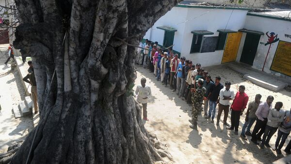 Indian voters wait in a queue for their turn to vote at a polling station in the Naini area on the outskirts of Allahabad during the fourth phase of Uttar Pradesh state assembly elections on February 23, 2017 - Sputnik International