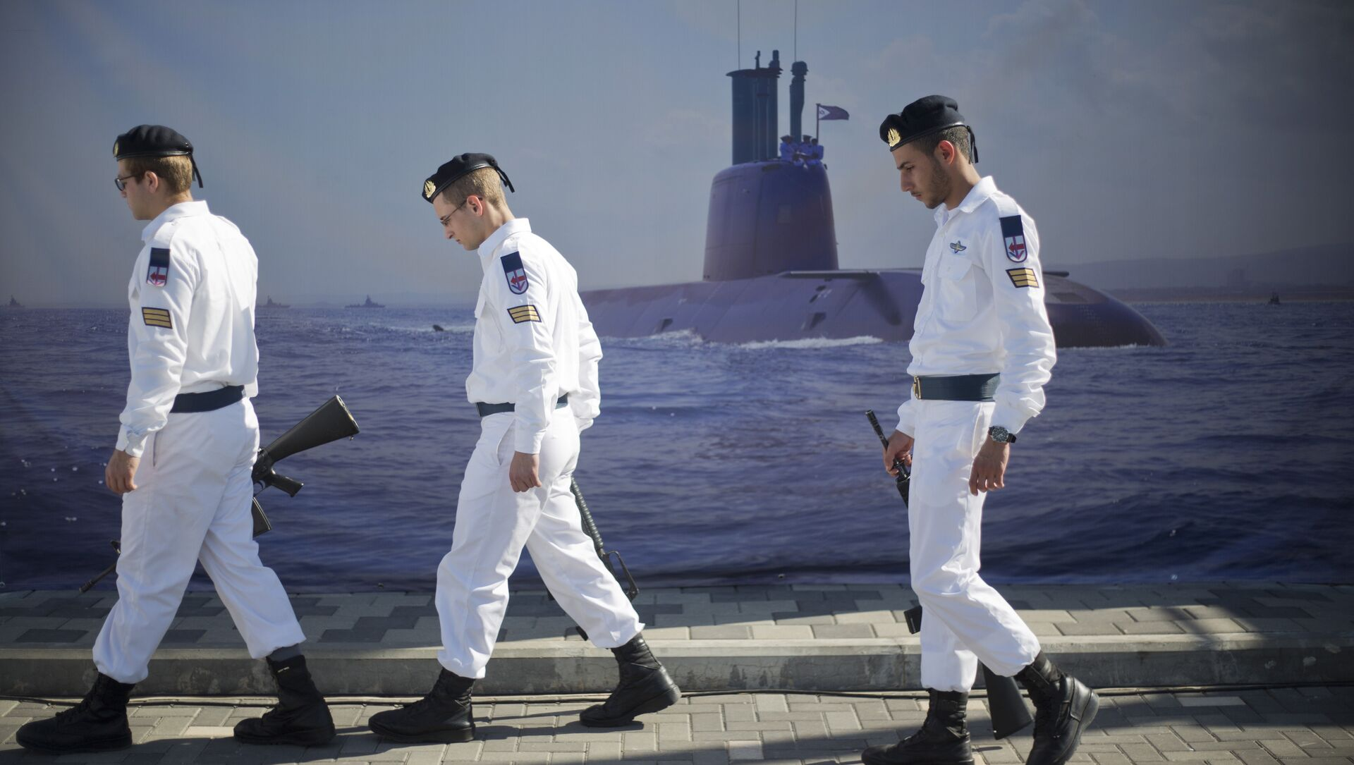 Israeli naval soldiers honor guard walks past a poster of a submarine as they wait for the arrival of a new navy submarine Rahav in the military port in Haifa, Israel, Tuesday, Jan. 12, 2016. - Sputnik International, 1920, 01.08.2021