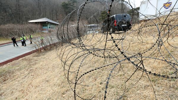 A barbed-wire fence is set up around a golf course owned by Lotte, where the U.S. Terminal High Altitude Area Defense (THAAD) system will be deployed, in Seongju, South Korea, March 1, 2017 - Sputnik International