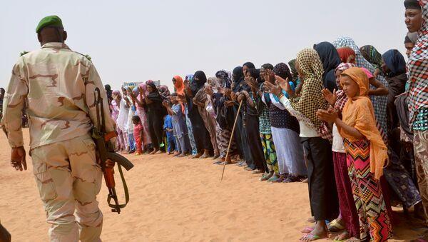A Niger soldier walk past Malian refugees (File) - Sputnik International