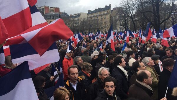 Thousands of supporters of French presidential hopeful Francois Fillon attending a rally to support the politician in Paris on March 5, 2017. - Sputnik International
