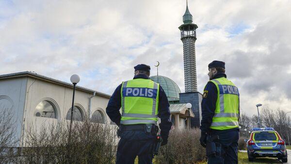 Two policemen stand outside a mosque in Uppsala, Sweden - Sputnik International