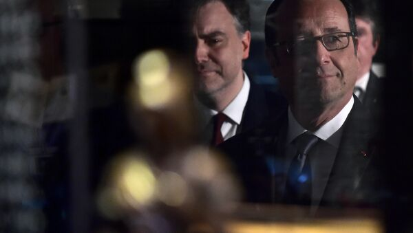 French President Francois Hollande (R) looks through the pane of a display case as he visits the Freemasonry museum (Musee de la Franc-maçonnerie) in Paris, France, February 27, 2017. - Sputnik International