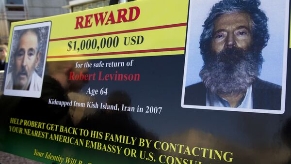 FBI poster showing a composite image of former FBI agent Robert Levinson, right, of how he would look like now after five years in captivity, and an image, left, taken from the video, released by his kidnappers, in Washington during a news conference - Sputnik International