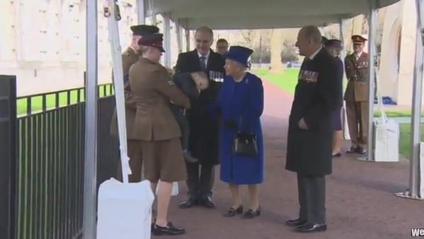 Toddler Throws Tantrum in Front of Queen Elizabeth - Sputnik International