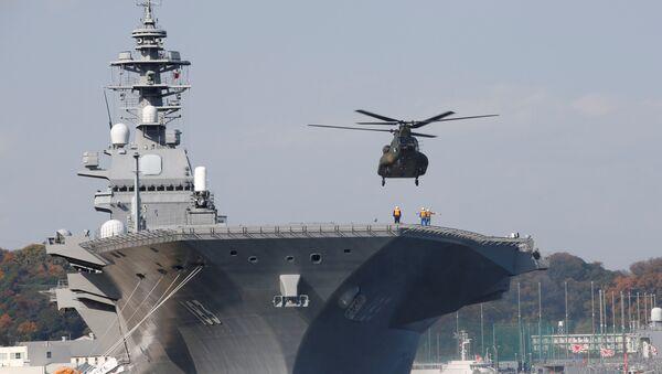 A helicopter lands on the Izumo, Japan Maritime Self Defense Force's (JMSDF) helicopter carrier, at JMSDF Yokosuka base in Yokosuka - Sputnik International