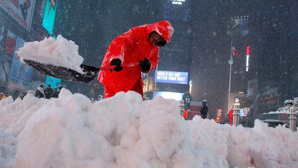 A worker clears snow in Times Square as snow falls in Manhattan, New York, U.S. - Sputnik International