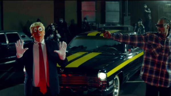 Snoops trains a gun on a clown dressed as Donald Trump in a new music. - Sputnik International