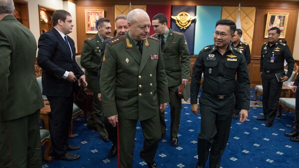 The Commander-in-Chief of the Land Forces of Russia, Colonel General Oleg Salyukov (CL) and Thai General and the Chief of the Thai Armed Forces Surapong Suwana-adth (2nd R) walk together at the end of an official meeting at the Royal Thai Armed Forces Headquarters in Bangkok on March 15, 2017 - Sputnik International