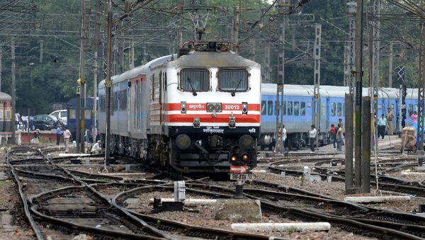 The passenger train sets off during the trial run of a 'semi-bullet train' between New Delhi and Agra from New Delhi railway station in New Delhi on July 3, 2014 - Sputnik International