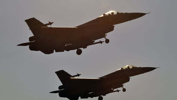 Two US-made F-16 fighters take off from the Chiayi air force base in southern Taiwan during a demonstration on January 26, 2016 - Sputnik International