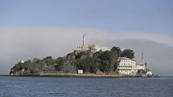 Fog lingers behind Alcatraz Island in San Francisco. (File) - Sputnik International