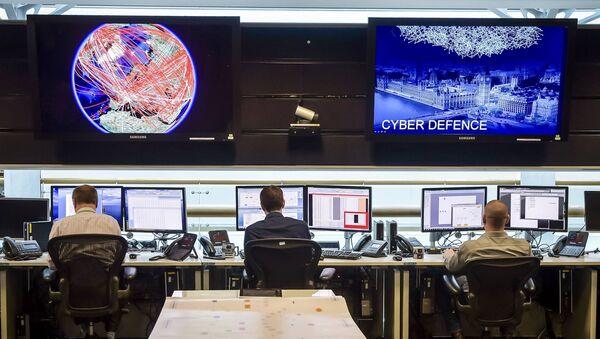 People sit at computers in the 24 hour Operations Room inside GCHQ, Cheltenham in Cheltenham, 17 November 2015. - Sputnik International