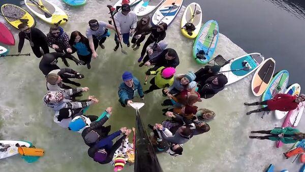Surfers Hijack Ice Float in Vladivostok - Sputnik International