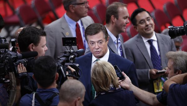Trump Campaign Chairman Paul Manafort is surrounded by reporters on the floor of the Republican National Convention in Cleveland. (File) - Sputnik International