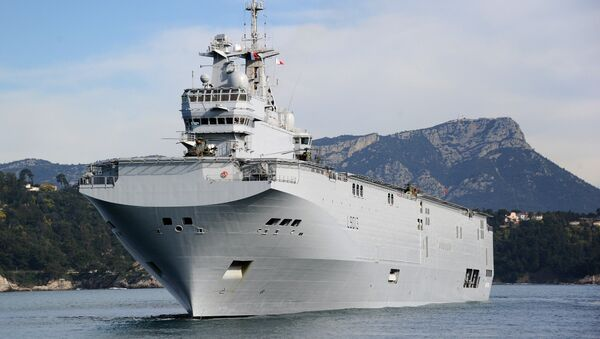The French Mistral high-tech amphibious helicopter carrier assault and command ship is moored on February 18, 2011 in the bay of Toulon, southern France - Sputnik International