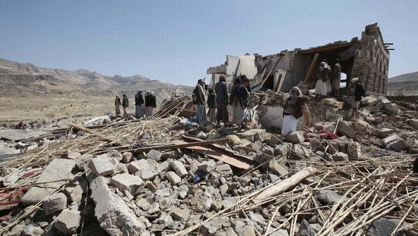 People inspect a house destroyed by a Saudi-led airstrike in the outskirts of Sanaa, Yemen, Thursday, Feb. 16, 2017 - Sputnik International