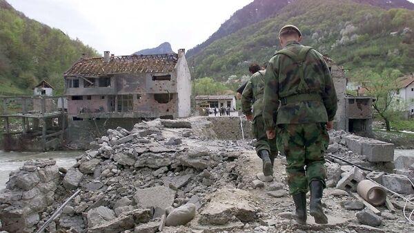 Yugoslav soldiers walk on Murino bridge alledgedly damaged by NATO air strikes, some 130 km from Podgorica, 02 May 1999 - Sputnik International