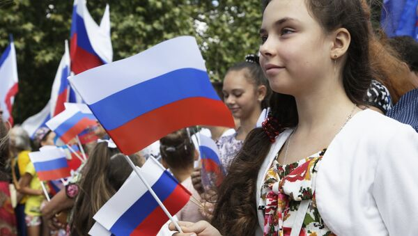 Crimeans celebrate Russia's National Flag Day at the Lenin Square in Simferopol - Sputnik International