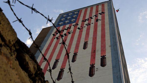 Graffiti with anti-US slogan is seen decorating the wall of a building in Tehran on July 14, 2015 - Sputnik International