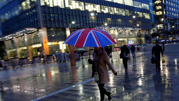 Workers walk in the rain at the Canary Wharf business district in London, Britain November 11, 2013. - Sputnik International
