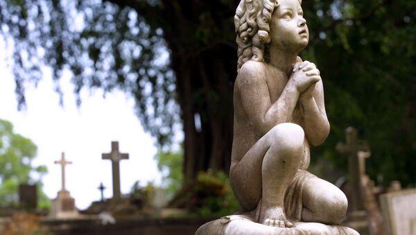 An old headstone stands in the Bidadari Cemetery, Singapore, Sunday, Feb. 17, 2002 - Sputnik International