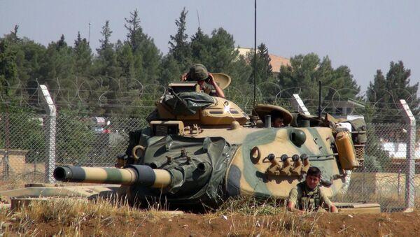 A Turkish army tank stationed near the Syrian border, in Suruc, Turkey, Saturday, Sept. 3, 2016. - Sputnik International