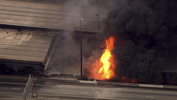 In this aerial image made from a video provided by WSB-TV, a large fire that caused an overpass on Interstate 85 to collapse burns in Atlanta, Thursday, March 30, 2017. Witnesses say troopers were telling cars to turn around on the bridge because they were concerned about its integrity. Minutes later, the bridge collapsed. (WSB-TV via AP) MANDATORY CREDIT, ATLANTA TV OUT - Sputnik International