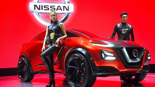 Модели представляют концепт-кар Nissan Gripz на пресс-показе Сеульского автосалона - Sputnik International