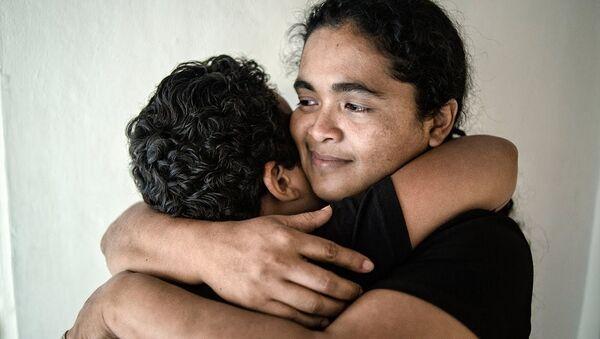 Maria Teresa Rivera hugs her son after being released from prison in 2016. - Sputnik International