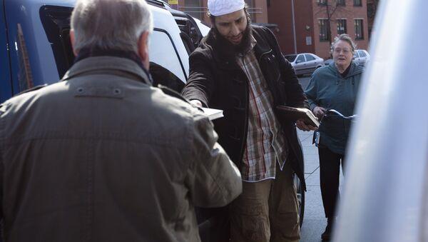 A member of a Muslim group distributes copies of the Quran at Potsdamer Platz in Berlin (File) - Sputnik International