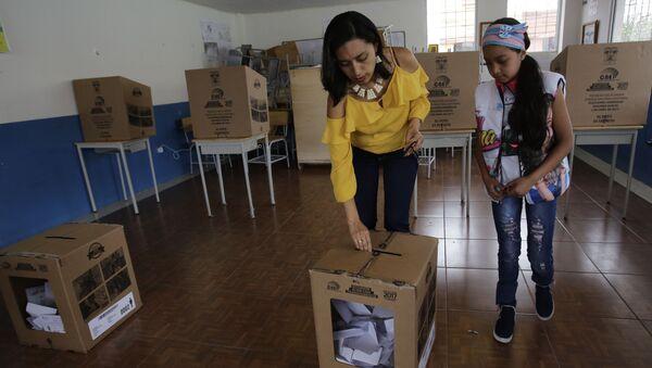 A woman deposits her ballot during the presidential runoff election Quito, Ecuador, Sunday, April 2, 2017 - Sputnik International