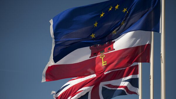A Union Jack flag (Down), the flag of Gibraltar (C) and the European Union flag fly in Gibraltar on March 28, 2017 - Sputnik International