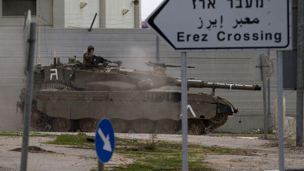 An Israeli tank drives next to Erez Border crossing between the Gaza strip and Southern Israel, Wednesday, Nov. 21, 2012. - Sputnik International