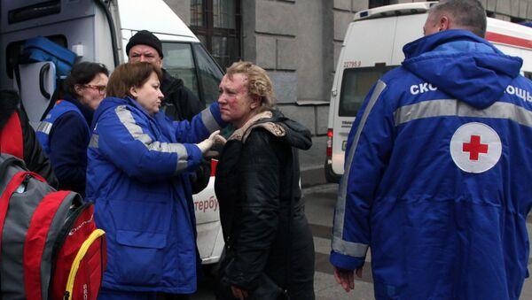 Medics help an injured woman outside Technological Institute metro station in Saint Petersburg on April 3, 2017 - Sputnik International