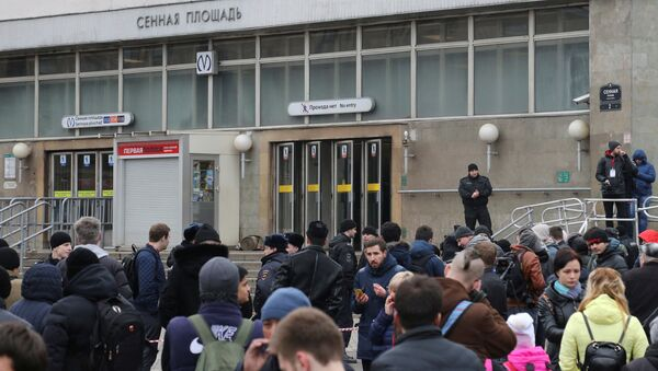 People gather outside Sennaya Ploshchad metro station after an explosion tore through a train carriage in the St. Petersburg metro system, in St. Petersburg, Russia April 3, 2017 - Sputnik International