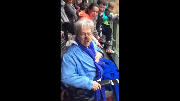 Chimp Gives Grandma a Crappy Surprise - Sputnik International