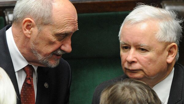Leader of the conservative Law and Justice party that won the general elections, Jaroslaw Kaczynski, right, and candidate for the new defense minister Antoni Macierewicz (File) - Sputnik International