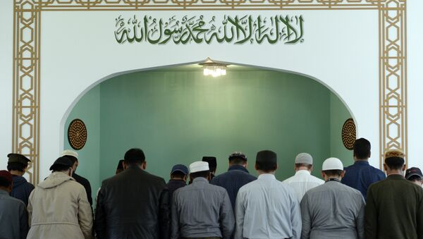 Men pray inside the Khadija mosque on October 3rd, 2016 in Berlin, during the Open-Mosque-Day. Every year on October 3rd, the Day of German Unity, hundreds of mosques invite visitors accross the country on the Day of the Open Mosque. - Sputnik International