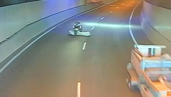Motorcyclist Attacked By Flying Mattress - Sputnik International