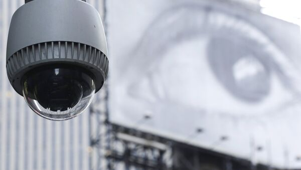 A security camera is mounted on the side of a building overlooking an intersection in midtown Manhattan - Sputnik International