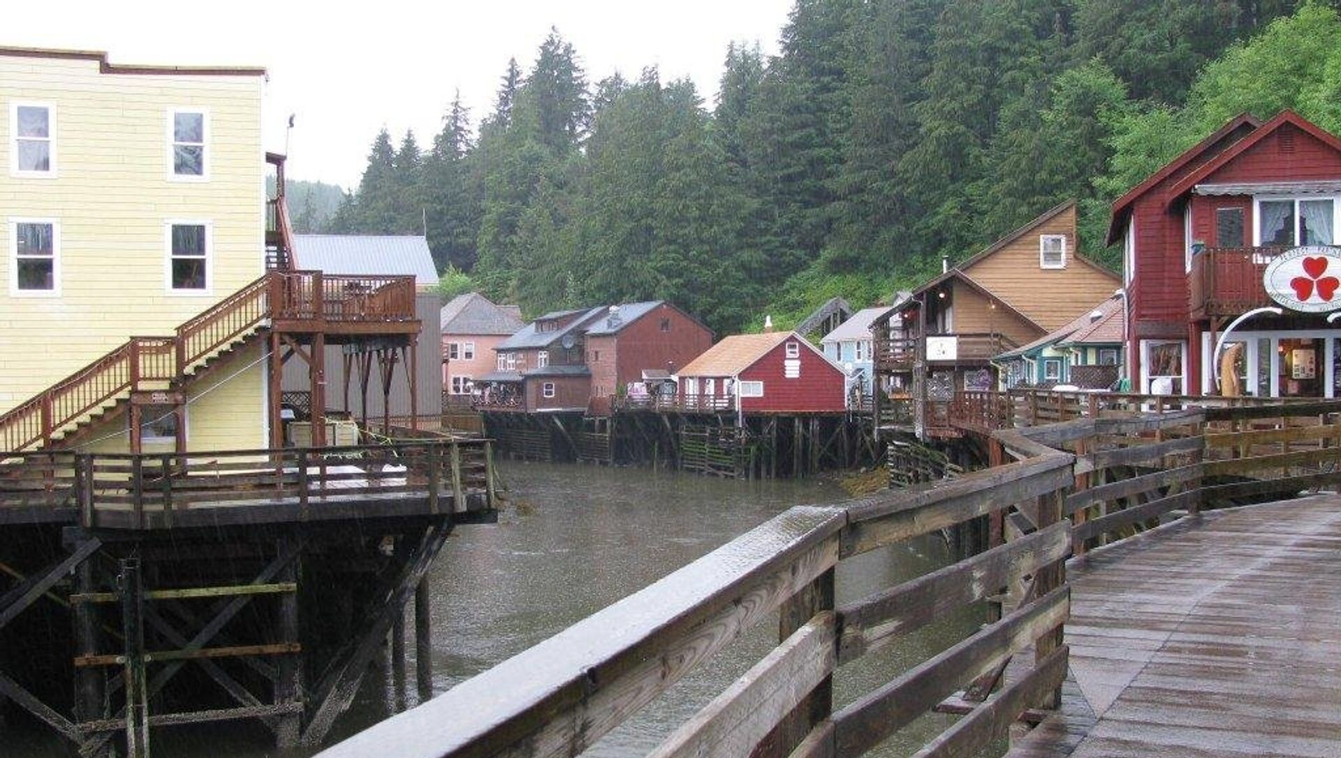 This August 2010 file photo shows a glimpse of Creek Street, a destination dotted with shops, galleries and restaurants, in Ketchikan, Alaska. - Sputnik International, 1920, 06.08.2021