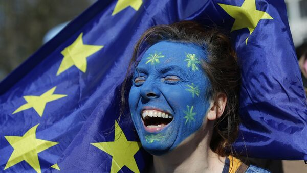 A demonstrator with her face painted in the colours of the EU flag - Sputnik International