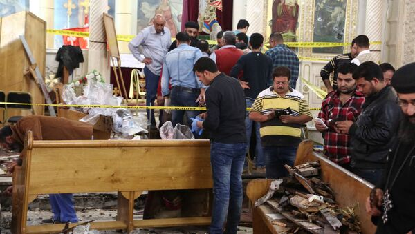 A general view shows forensics collecting evidence at the site of a bomb blast which struck worshippers gathering to celebrate Palm Sunday at the Mar Girgis Coptic Church in the Nile Delta City of Tanta, 120 kilometres (75 miles) north of Cairo, on April 9, 2017 - Sputnik International