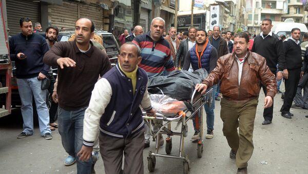 Egyptians wheel away a body near a church in Alexandria after a bomb blast struck worshippers gathering to celebrate Palm Sunday on April 9, 2017 - Sputnik International