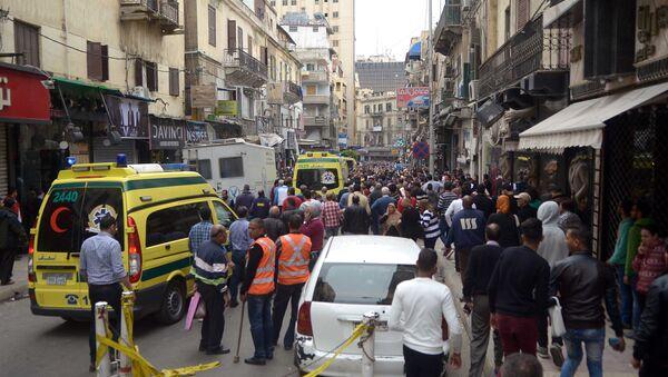 Egyptians gather at near a church in Alexandria after a bomb blast struck worshippers gathering to celebrate Palm Sunday on April 9, 2017 - Sputnik International