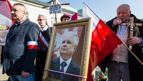 Supporters of the ruling Law and Justice party (PiS) attend a ceremony marking the seventh anniversary of the presidential plane crash in Smolensk, in front of the presidential palace in Warsaw, on April 10, 2017 - Sputnik International