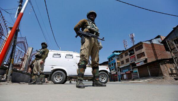 Indian policemen guard a deserted street during restrictions in downtown Srinagar April 10, 2017 - Sputnik International