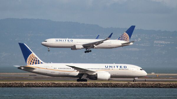 A United Airlines Boeing 787 taxis as a United Airlines Boeing 767 lands at San Francisco International Airport, San Francisco, California, U.S. on February 7, 2015 - Sputnik International